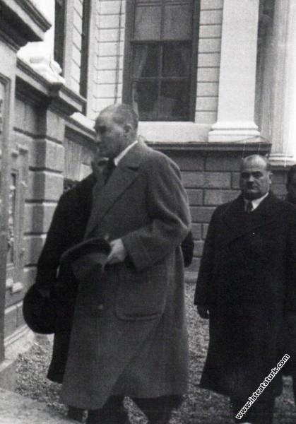 Mustafa Kemal Atatürk'ün Dolmabahçe Sarayı'na giri...