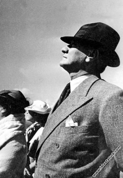 Mustafa Kemal Atatürk'ün Tayyarecilerin arkasından...