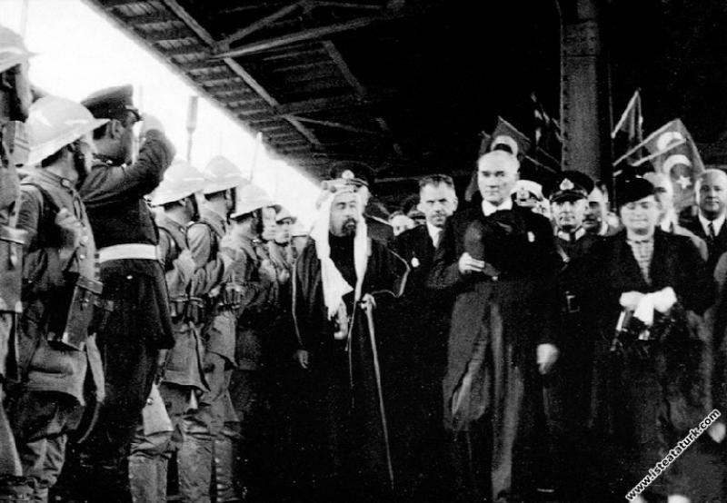 Mustafa Kemal Atatürk Ürdün Kralı Abdullah'la birlikte Haydarpaşa Garı'nda, İstanbul'da. (05.06.1937)