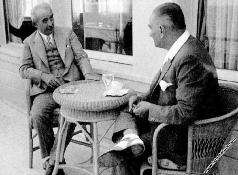 Mustafa Kemal Atatürk Florya Köşkü'nde İsmet İnönü...