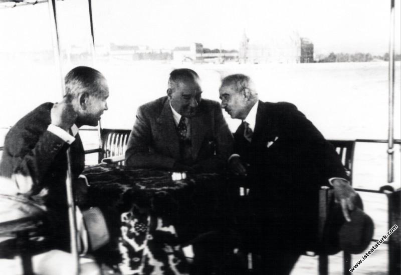Mustafa Kemal Atatürk İstanbul'da İsmet İnönü ve Ali Fethi (Okyar) ile birlikte Büyükada'ya doğru gezerken. (08.08.1937)
