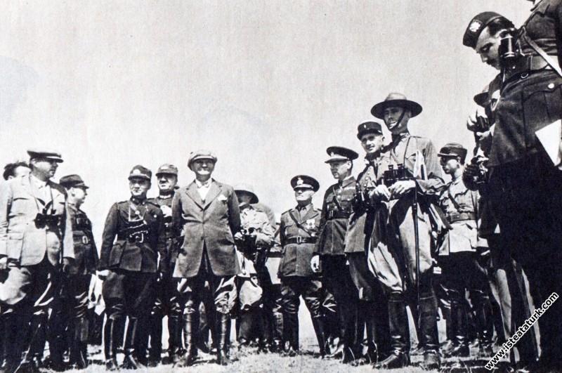 Mustafa Kemal Atatürk Çorlu Çerkezköy yakınlarında Trakya Manevraları'nda, yabancı gözlemcilerden, Irak ve Yugoslav temsilcileriyle birlikte. (17-20.08.1937)