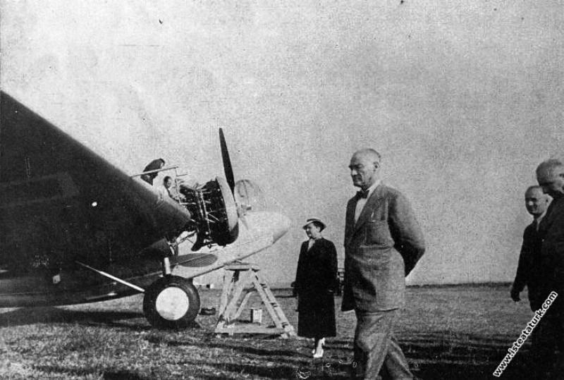 Mustafa Kemal Atatürk, İstanbul Yeşilköy Havaalanı'nda. (06.09.1937)
