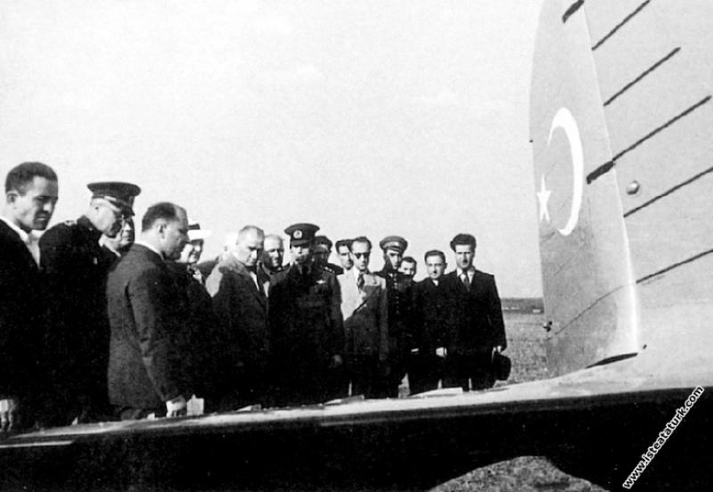 Mustafa Kemal Atatürk, İstanbul Yeşilköy Havaalanı'nda bir uçağı incelerken. (06.09.1937)