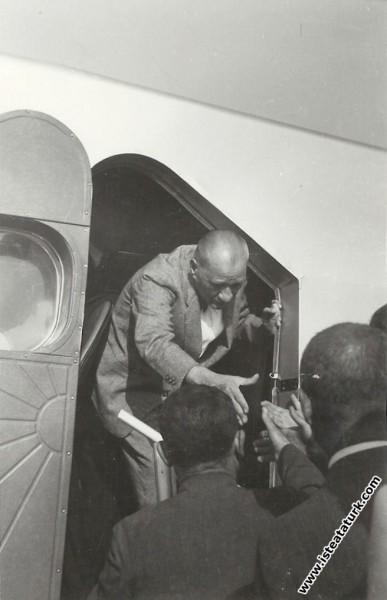 Mustafa Kemal Atatürk, İstanbul Yeşilköy Havaalanı'nda incelediği bir uçaktan inerken. (06.09.1937)