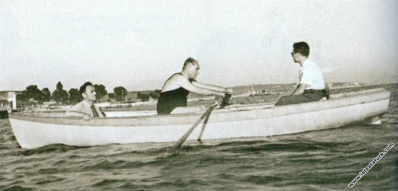Mustafa Kemal Atatürk, İstanbul Florya'da kürek çe...