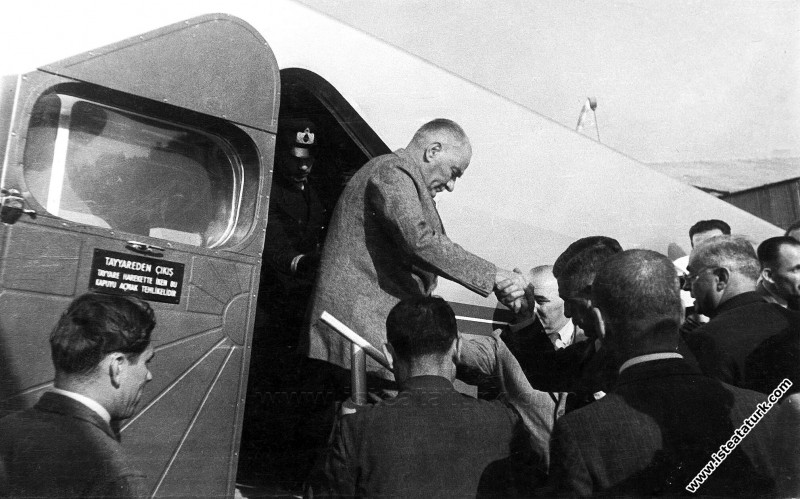 Mustafa Kemal Atatürk, İstanbul Yeşilköy Havaalanı...