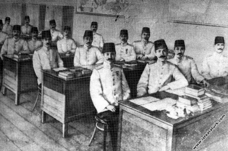 Mustafa Kemal İstanbul Harp Akademisi'nde sınıf arkadaşlarıyla. (1902-1905)