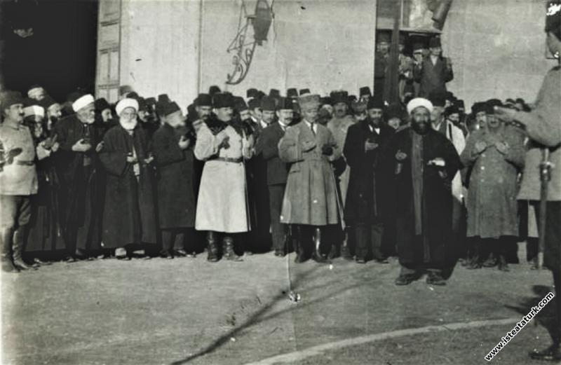 Ankara Vilayet Konağı kapısı önünde. (27.12.1919)...