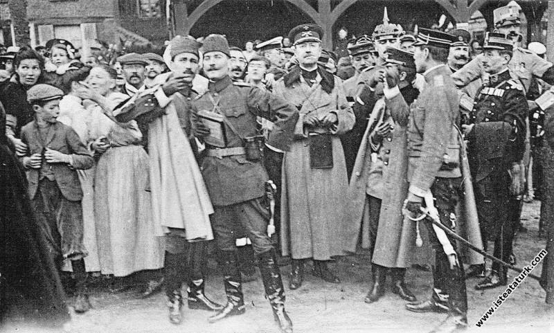 Mustafa Kemal Picardie Manevraları'nda, Paris Ateşe Militeri Ali Fethi ile birlikte. (17-28.09.1910)