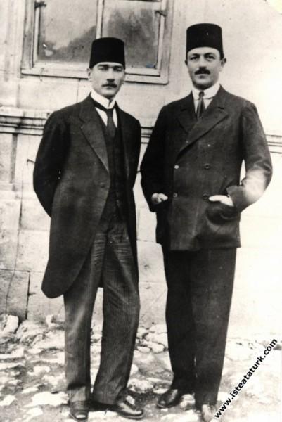 Sivas Kongresi günlerinde kongre binası önünde. (04.09.1919)