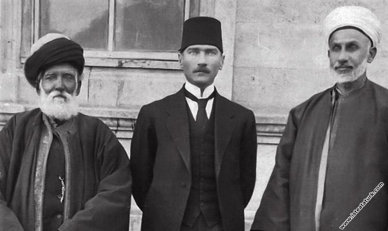 Mustafa Kemal, Sivas Kadısı Hasbi Efendi ve Şeyh Fevzi Efendilerle. (04.09.1919)