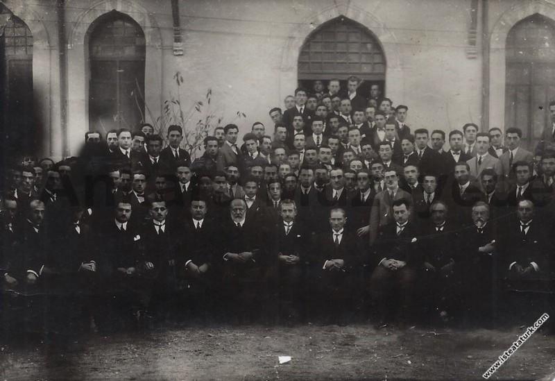 Mustafa Kemal Atatürk Ankara Hukuk Fakültesi'nin açılışında, öğretim görevlileri ve öğrencilerle. (05.11.1925)