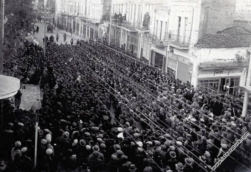 Ulu Önder Atatürk'ün cenazesinin geçeceği yolları dolduran halk, İstanbul. (19.11.1938)