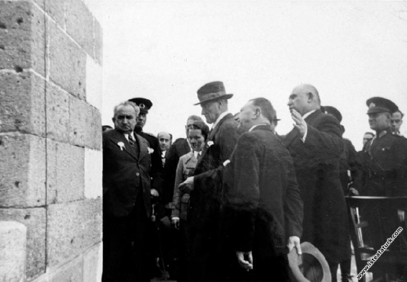 Atatürk Diyarbakır'da Mardin Sur Kapısı'nda, incelemelerde bulunurken. (16.11.1937)
