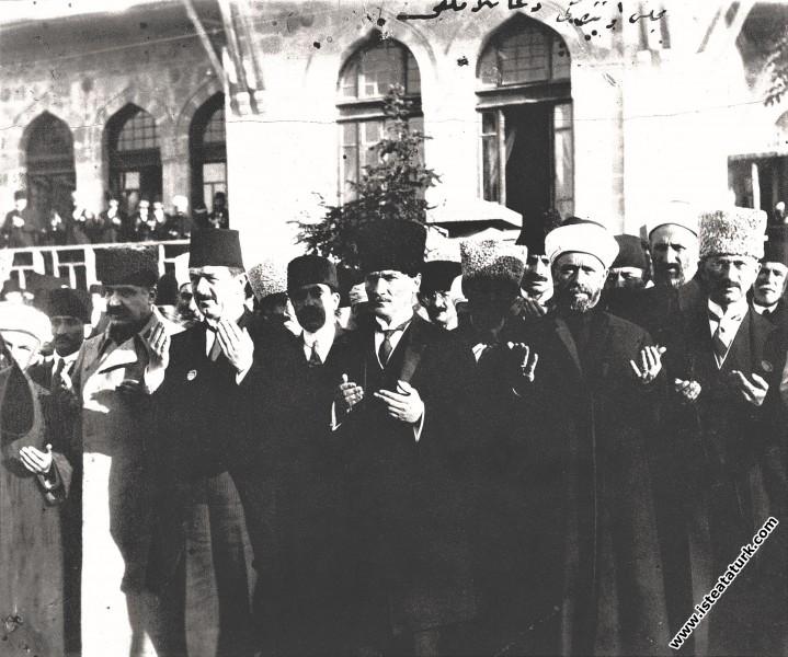 Ramazan Bayramı dolayısıyla TBMM önünde Raif Hoca Efendi tarafından okunan dua. (28.05.1922)