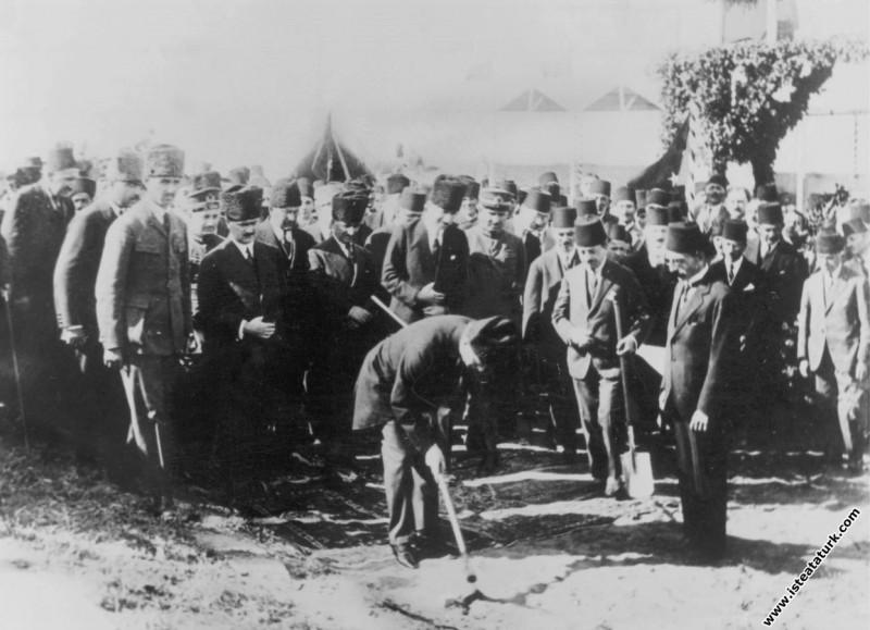 Mustafa Kemal Atatürk Samsun Çarşamba Demiryolu İnşaatı'nı başlatan ilk kazmayı vururken. (21.09.1924)