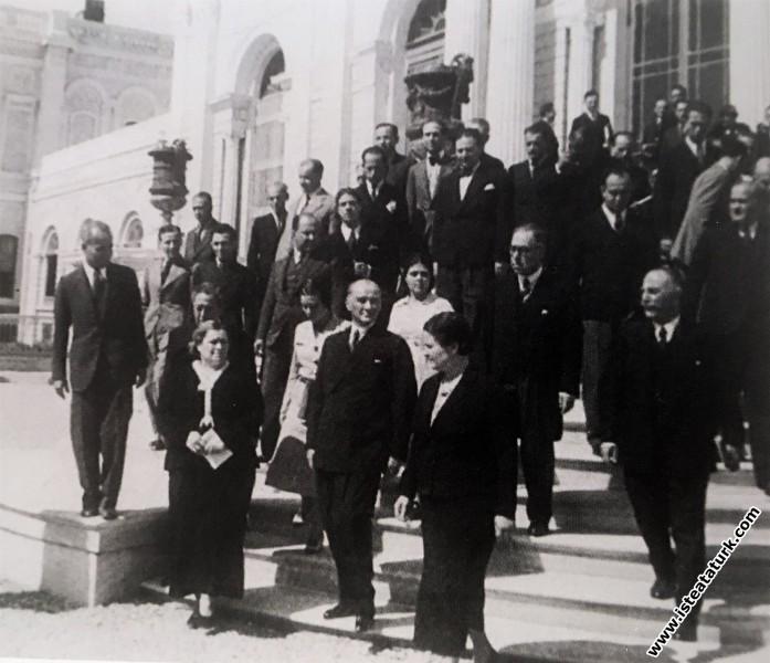 Atatürk'ün Dolmabahçe Sarayı'nın bir bölümünde açılan ilk devlet resim ve heykel müzesi'nin açılışına yanında Afet İnan'la gelişi. (20.09.1937)