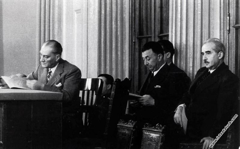 Mustafa Kemal Atatürk, İsmet İnönü ile Dolmabahçe Sarayı'nda II.Türk Tarih Kurultayı'nı izlerken. (20.09.1937)
