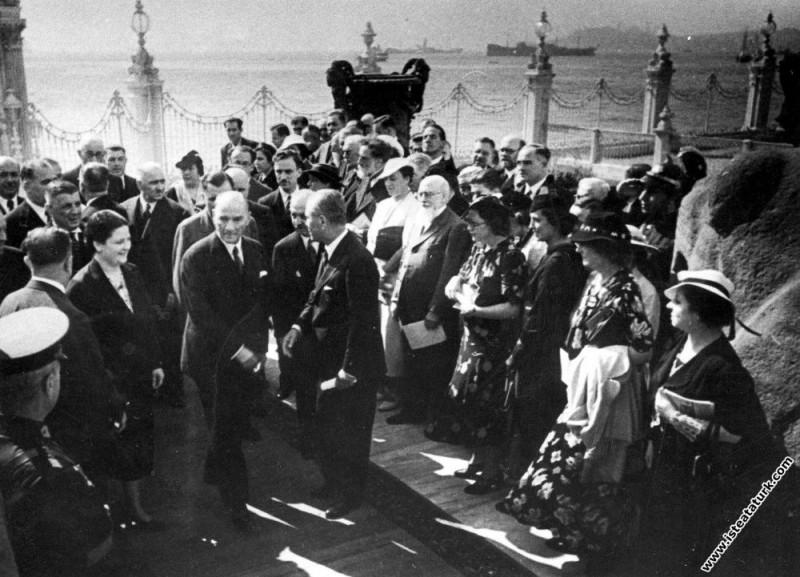 Mustafa Kemal Atatürk, Dolmabahçe Sarayı'nın bir bölümünde açılan İlk Devlet Resim ve Heykel Müzesi'nin açılışına yanında Afet İnan'la gelirken. (20.09.1937)
