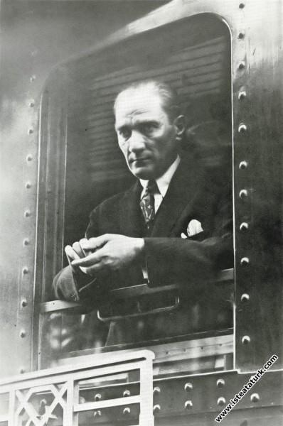 1919'dan sonra İstanbul'a ilk gidişinde Ankara'dan ayrılırken trende. (30.06.1927)