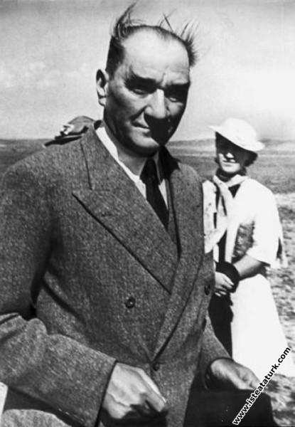 Mustafa Kemal Atatürk Dersim Hava Harekatı'nın bitmesini beklerken. (30.04.1937)