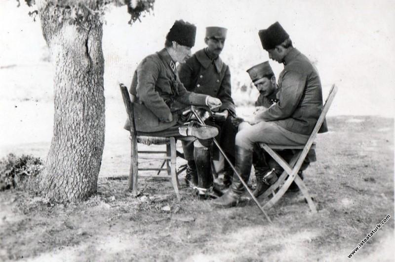Başkomutan Mustafa Kemal Paşa, Batı Cephesi Komutanı İsmet İnönü ve Albay Asım Gündüz'le cephede savaş planı üzerinde çalışıyor. (25.08.1922)