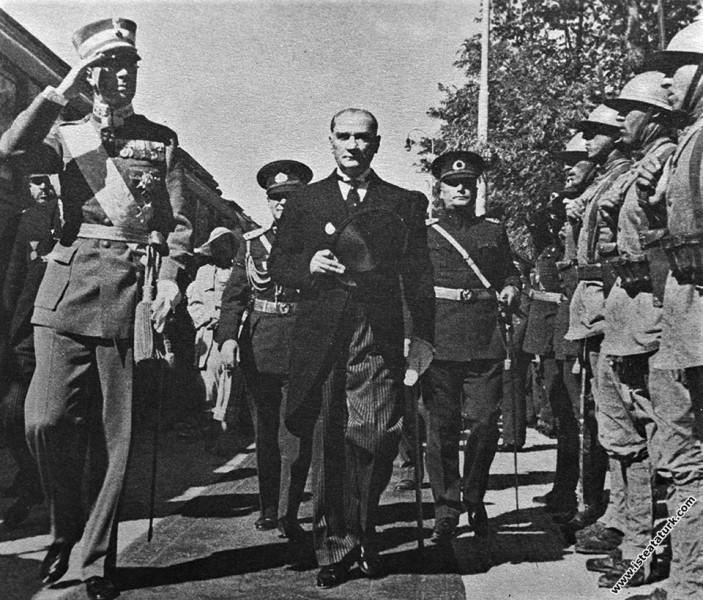 Mustafa Kemal Atatürk'ün İsveç Veliahtı Gustav Adolf'u Ankara İstasyonu'nda törenle karşılaması. (03.10.1934)