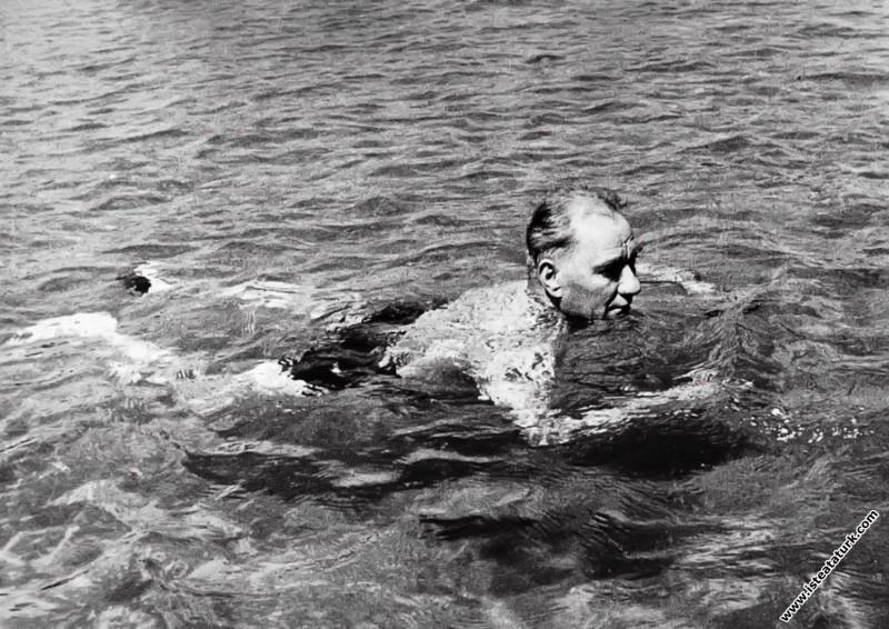 Mustafa Kemal Atatürk Florya'da yüzerken, İstanbul...