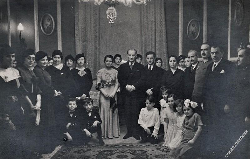 Mustafa Kemal Atatürk TBMM Başkanı Kazım Özalp'ın kızı Neriman'ın Reşat Şemsettin Sirer'le nişan töreninde. (30.11.1933)