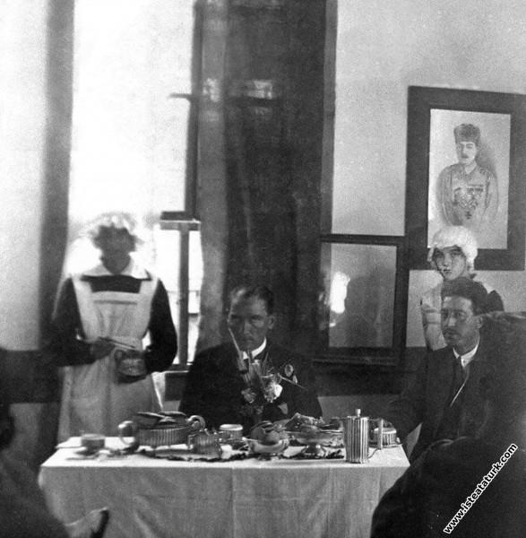 Mustafa Kemal Paşa ve Cevat Abbas Gürer Adapazarında, Sabiha Hanım Kız Numune Okulu'nda. (20.06.1922)