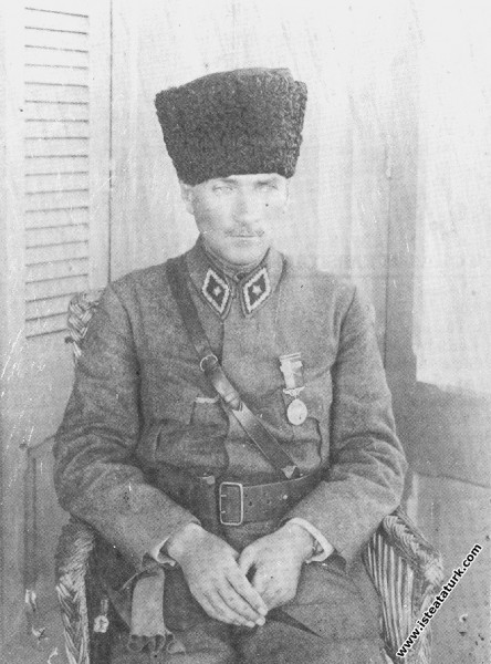 Gazi Mustafa Kemal İzmir'de İplikçizade Köşkü'nde....