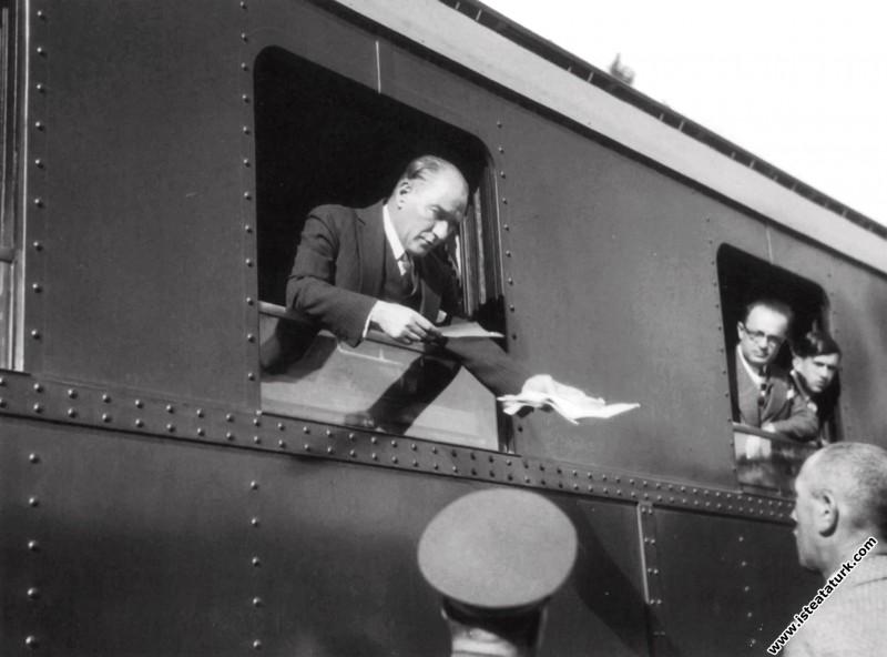 Mustafa Kemal Atatürk Ankara'dan İstanbula giderke...