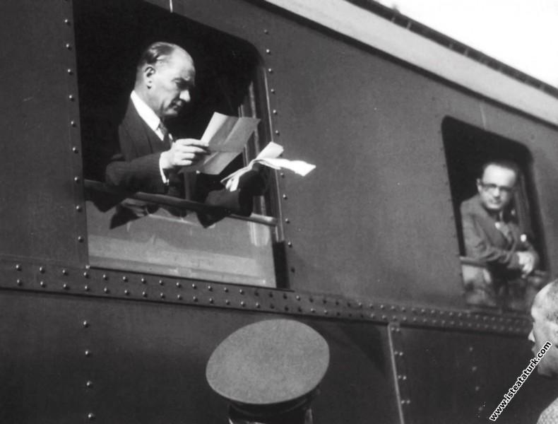 Mustafa Kemal Atatürk Ankara'dan İstanbula giderken, Bozöyük İstasyonu'nda bir vatandaşın kendisine sunulan dilekçesini incelerken. (11.06.1930)