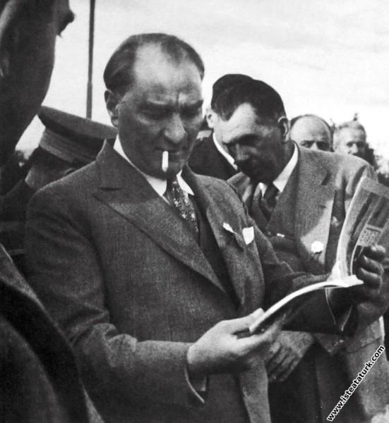 Mustafa Kemal Atatürk Gazi Orman Çiftliği'nde köylü bir gence soru sorarken. (25.05.1933)