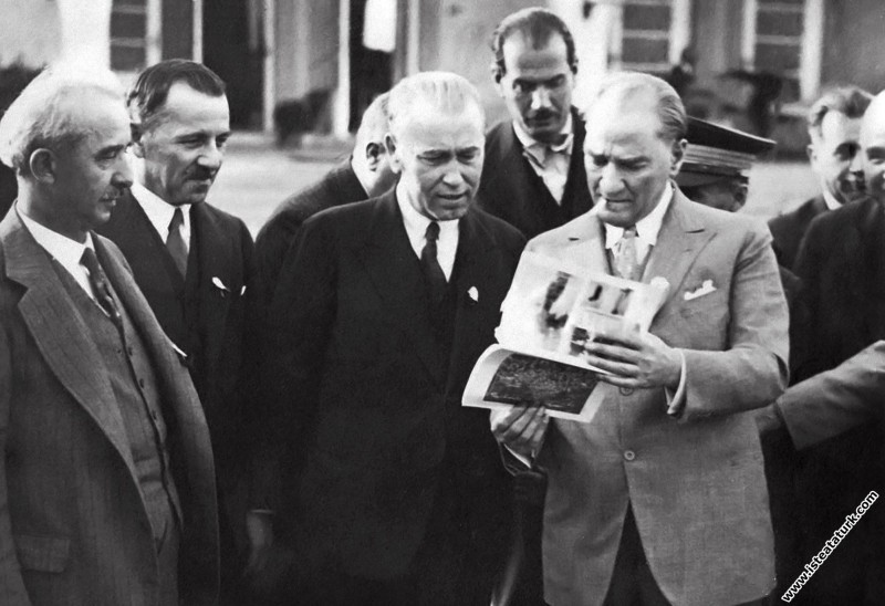 Atatürk Gazi Orman Çiftliği'nde köylü bir gence soru sorarken. (25.05.1933)