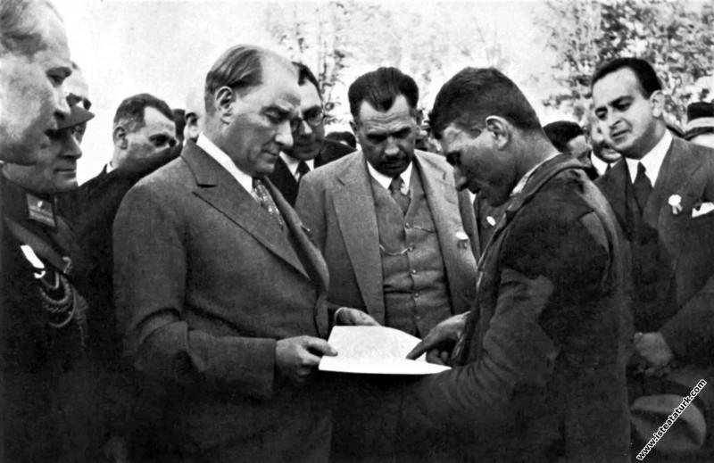 Atatürk Gazi Orman Çiftliği'nde köylü bir gence so...