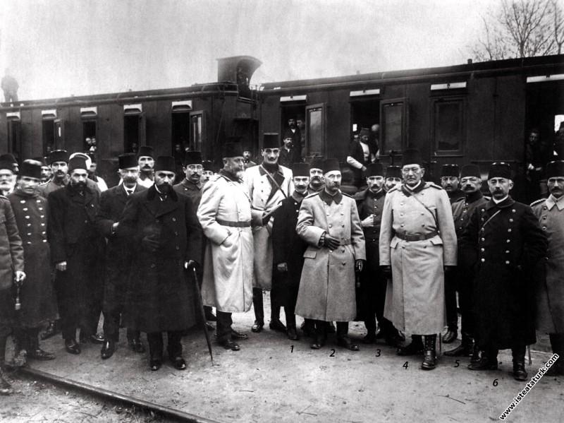 Mustafa Kemal yerli ve yabancı askeri heyetlerle M...