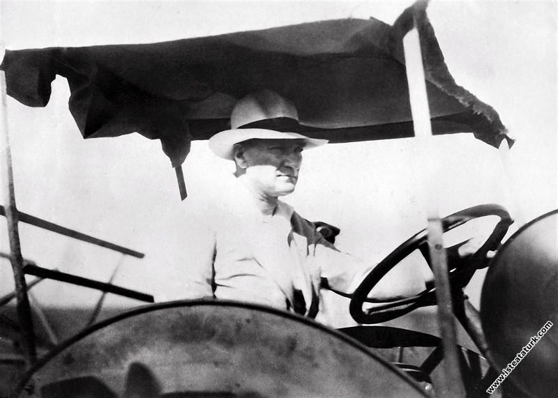 Mustafa Kemal Atatürk Gazi Orman Çiftliği'nde kuruluş çalışmalarında, traktör kullanırken. (14.07.1929)