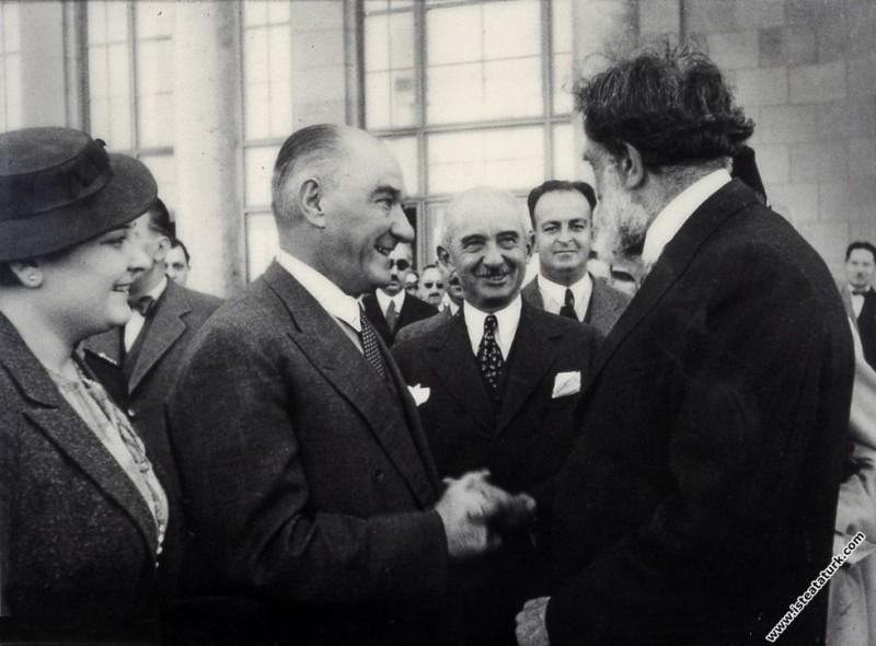Atatürk, Afet İnan, İsmet İnönü ve İsviçreli antropolog Eugene Pittard ile birlikte. (09.1937)