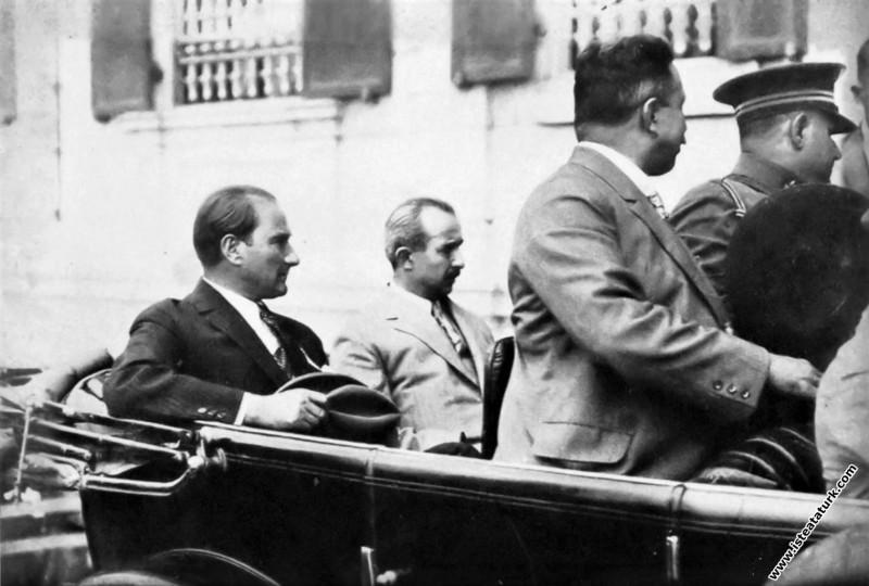 İzmir'den ayrılışında istasyona giderken. (09.07.1926)
