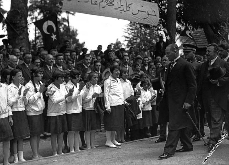 Mustafa Kemal Atatürk İzmit'te öğrencileri selamlarken. (01.07.1927)