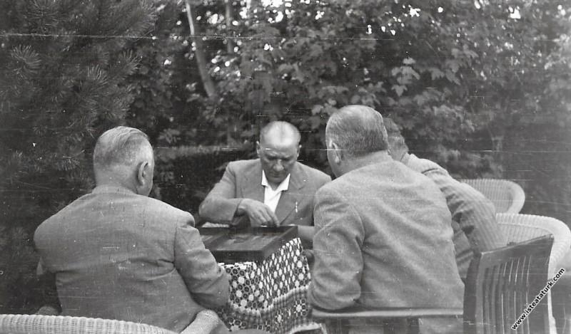 Mustafa Kemal Atatürk Yalova'da Salih Bozok'la tavla oynarken. (21.07.1935)