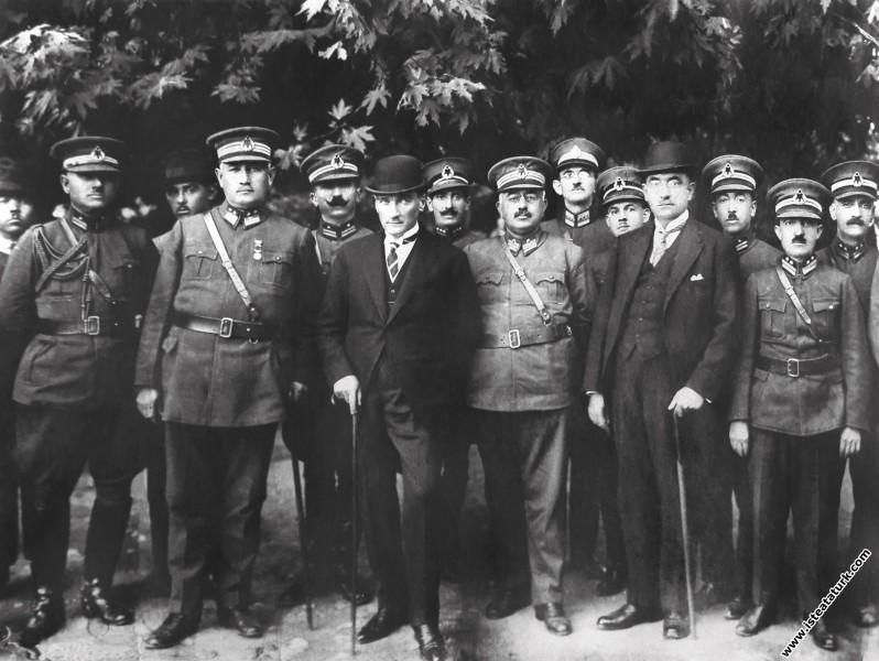 Mustafa Kemal Paşa Bursa'da General Ali Sait Akbaytugan'la. (1925)