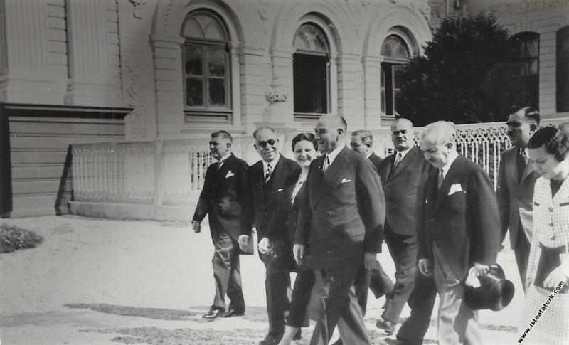 Atatürk ve yanındakiler II. Türk Tarih Kongresinde...
