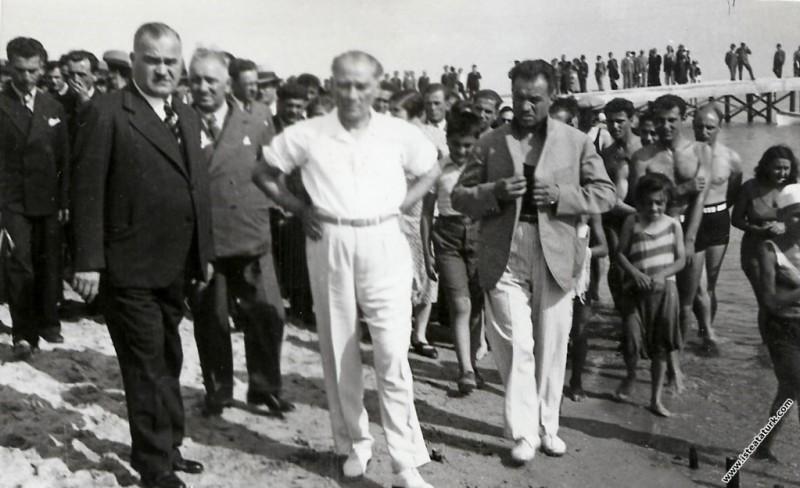 Mustafa Kemal Atatürk Florya'da, halk ve çok sevdi...