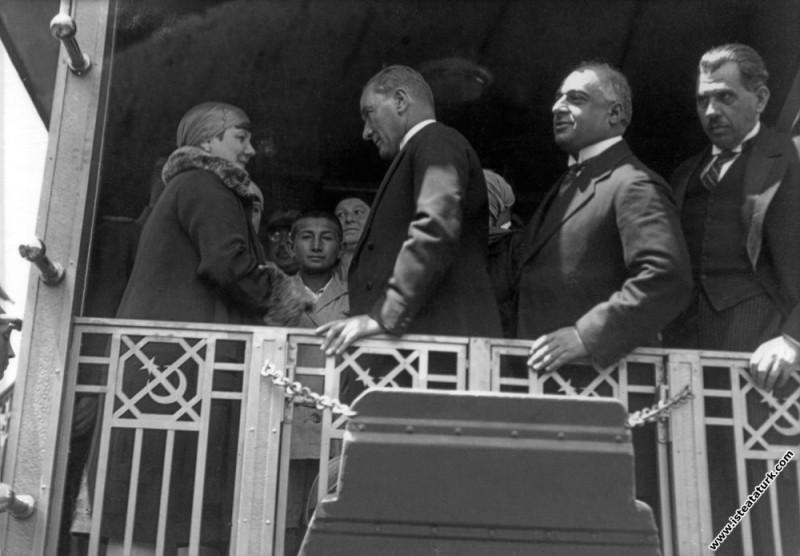 Mustafa Kemal Atatürk İzmit'te kadın dernekleri üy...