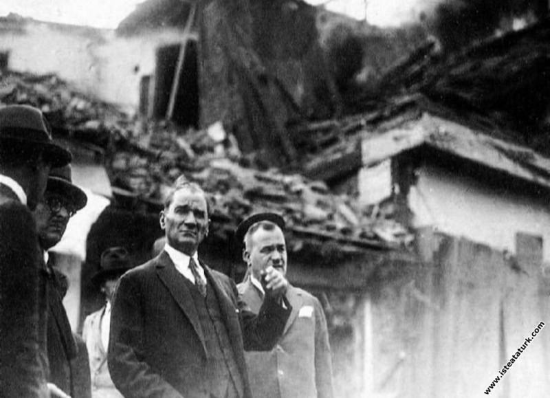 Cumhurbaşkanı Mustafa Kemal Atatürk, Ankara Tahtakale yangınından sonra denetlemelerde bulunuyor. (18-19.07.1929)