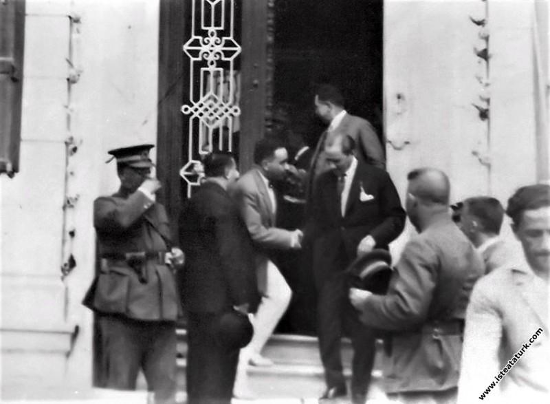 Mustafa Kemal Atatürk, İzmir Naim Palas Oteli'nden...