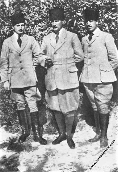 Muzaffer Kılıç ve Cevat Abbas Gürer'le. (23.07.191...